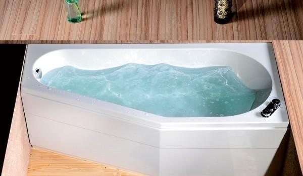 Vasche Da Bagno Water : Colpo dolly acqua che scorre dal rubinetto della vasca bagno
